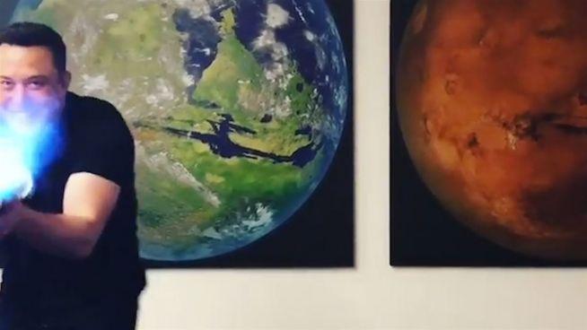 Spielkind oder irre? Elon Musk baut jetzt Flammenwerfer