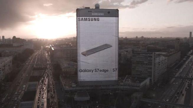 Gigantische Werbung: 80 mal 40 Meter großes Handy